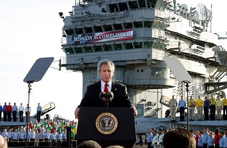 George Bush, savaşın başlamasından 40 gün sonra uçak gemisinden, 'Mission Accomplished' pankartının önünde bu konuşmayı yaptığında Amerikan medyasınca ulusal kahraman ilan edildi. Oysa savaş 8 yıl daha sürecekti.