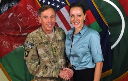 Petraeus ve Broadwell, 2011 Temmuz ayında Afganistan'da. İkili arasında ilişkinin başladığı günler olduğu tahmin ediliyor.