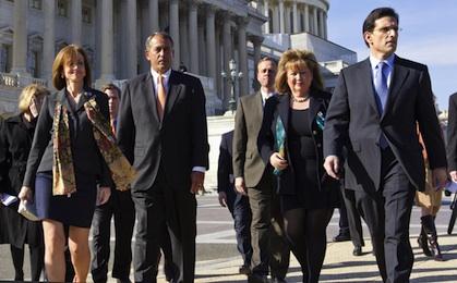 Zengin Amerikalıların vergisini yükseltilmesini kabul edilmesi Cumhuriyetçi Parti'yi karıştırdı. Temsilciler Meclisi Başkanı John Boehner'ın (ortadaki) koltuğu tehlikeye girerken, tutucular Eric Cantor'un etrafında birleşti.
