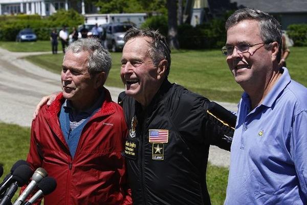 Baba George Bush (ortada) ve George W. Bush'tan sonra kardeş Jeb Bush'un da, ABD başkanı olmak için 2016'da şansını deneyeceği büyük br ihtimal olarak görülüyor.