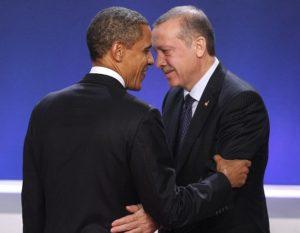 Obama ve Erdoğan, 2011 yılı Kasım ayında, Fransa'nın Cannes şehrindeki G-20 zirvesinin aile fotoğrafının çekimi sırasında.