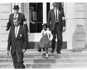 Ruby Bridges, okula gelip giderken Amerikan hükümet görevlileri tarafından korunuyordu.