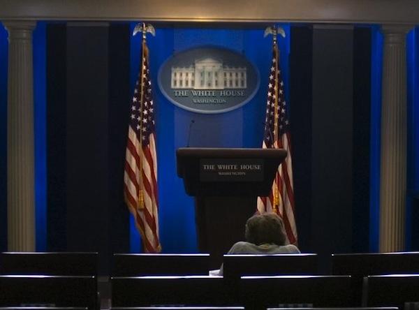 90 yaşına kadar çalışmaya devam eden Helen Thomas, Beyaz Saray'ın ünlü basın konferans odasında toplantının başlamasını bekliyor.