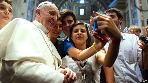 'Selfie' kelimesi, Ağustos ayında Papa'nın bu fotoğrafıyla bütün küreye yayıldı.