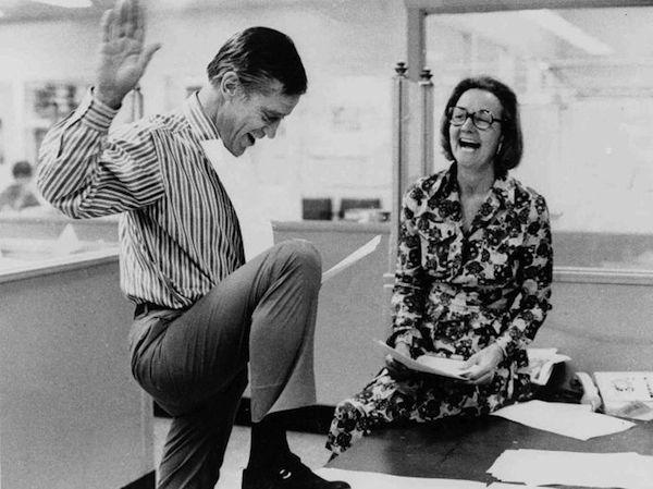 Ben Bradlee ve Washington Post'un patronu Katharine Graham, ABD Yüksek Mahkemesi'nin yayın izni vermesi üzerine Pentagon Belgeleri'nden yayınlayacaklarını keyifle inceliyor, 30 Haziran 1971
