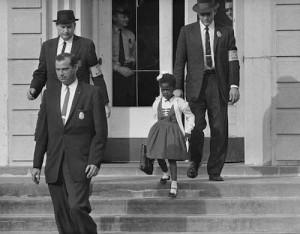 Ruby Bridges adlı 6 yaşındaki siyahi kız çocuğu, New Orleans'ta sadece beyazların gidebildiği William Frantz İlkokulu'na mahkeme kararıyla kayıt yaptırabildi. Ancak 14 Kasım 1960 günü başladığı okula FBI krumaları eşliğinde gelip gidebiliyordu.