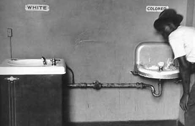 Güney eyaletlerinde, on yıllarca süren Jim Crow dönemi boyunca siyahlar ve beyazların kullandıkları lavabolar bile farklıydı.