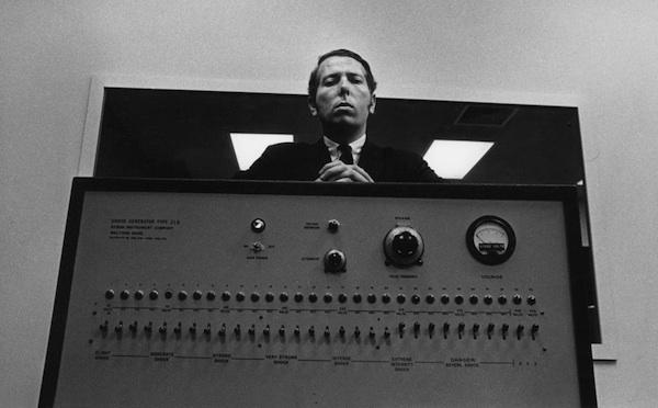 Stanley Milgram, 1963 yılında kendi icadı olan şok makinesi ile birlikte.