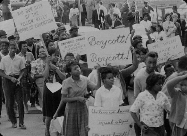 Kamu okullarındaki ayrımcılıkları protesto etmek için 1960'lı yıllarda Chicago ve New York'taki okul boykotlarına yüzbinlerce öğrencinin ailesi katıldı.