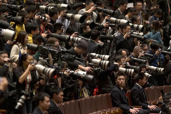 Çin Komünist Partisinin kongresini takip eden Çinli gazeteciler.