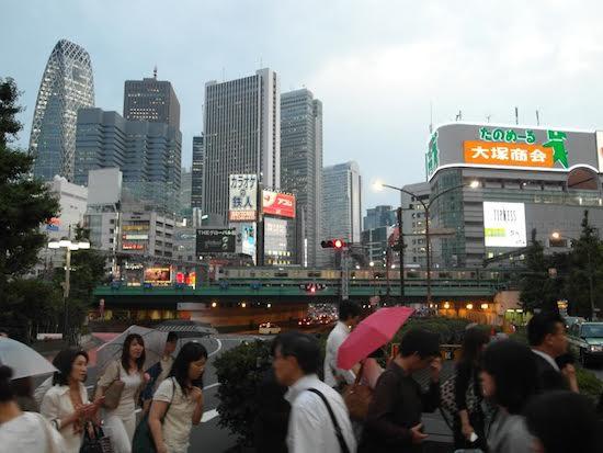 Tokyo'nun işlek merkezlerinden biri olan Shinjuku.  (Foto: Cemal Tunçdemir)
