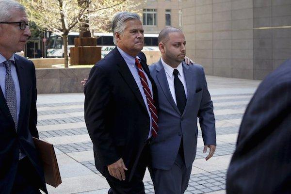 Haklarında yolsuzluk ve rüşvet suçlamasıyla yakalama kararı çıkan Eyalet Senato çoğunluk lideri Senatör Skelos ve oğlu Adam Skelos, bu sabah Manhattan'daki FBI bürosuna gelip teslim oldular.